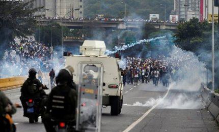 Maduro vuole nuova Costituzione, l'opposizione si ribella