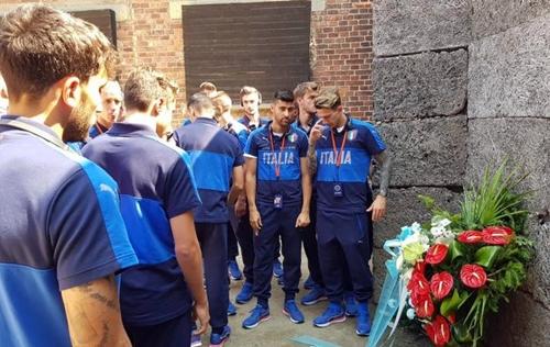 L'Under 21 in visita ad Auschwitz. Deposta una corona di fiori