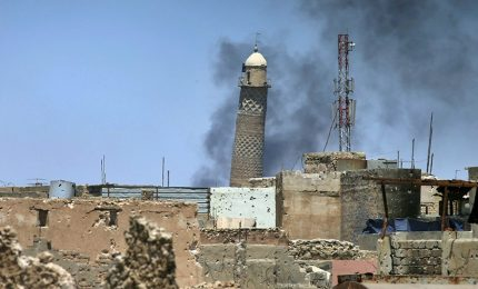 """Iraq, riconquista moschea Mosul. Il primo ministro iracheno: """"Assistiamo fine Isis"""""""