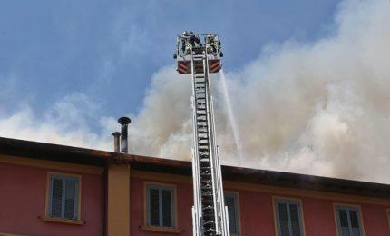 In fiamme tetto di una casa a Milano, chiuso viale Monza