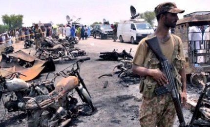 Autocisterna esplosa in Pakistan, almeno 139 morti. Molti bruciati vivi per recuperare carburante, oltre 100 auto andate a fuoco