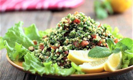 Tabulè alla libanese, verdure e piante aromatiche protagoniste