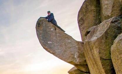 Norvegia, centinaia mobilitati per erigere di nuovo fallo roccioso