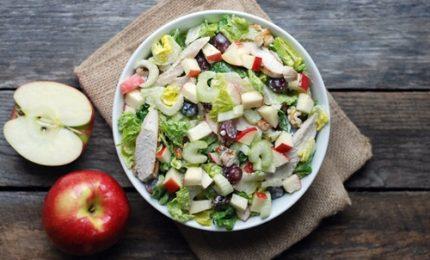 A tavola l'insalata più famosa al mondo