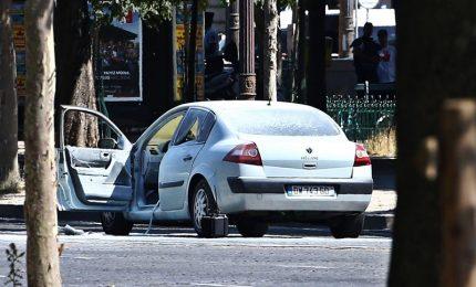 Auto contro furgone polizia a Parigi. Veicolo in fiamme, morto autista