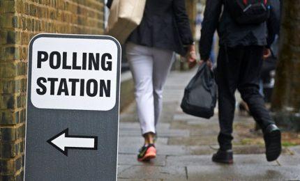 Elezioni in Gb: May in difficoltà, maggioranza Tory a rischio