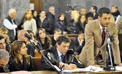 Corona condannato a 1 anno. Lui esulta in aula, applausi da fans