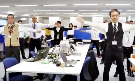 I giapponesi fanno ginnastica in ufficio, aiuta a lavorare meglio