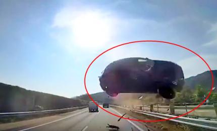 """Drammatico incidente, vettura """"vola"""" contro un autobus"""