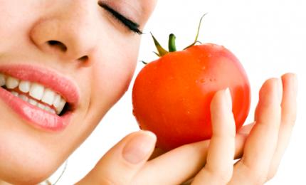 Pelle secca e acne, maschera viso al pomodoro e limone. Come fare