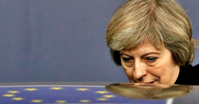 Brexit, May indebolita cerca di salvare accordo su confine Irlanda