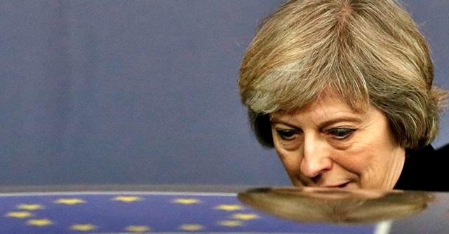 Brexit, May indebolita cerca di salvare accordo su confine Irlanda