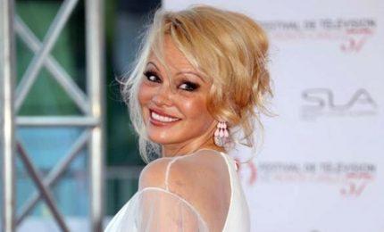 """Pamela Anderson apre ristorante """"sexy"""" a Saint-Tropez e invita Macron"""