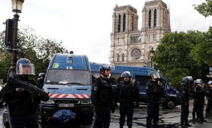 Allarme a Parigi, poliziotto aggredito a martellate