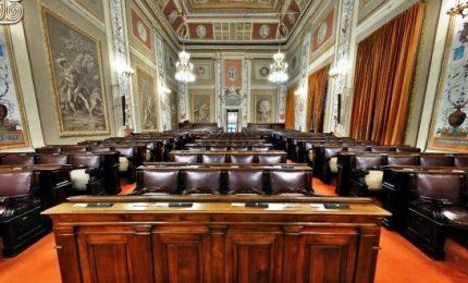 """Aria vacanziera al parlamento siciliano. Il presidente: """"Meglio chiudere"""". La Sicilia affonda"""