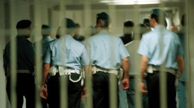 Agente di polizia penitenziaria uccide la moglie e si toglie la vita