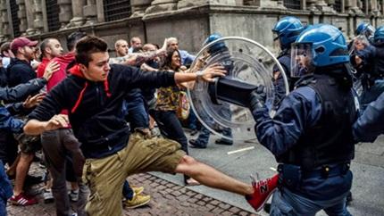 Guerriglia a Milano, scontri tra militanti di estrema destra e estrema sinistra. Blitz di CasaPound al comune