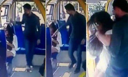 Istanbul, indossa pantaloncini su un bus e viene aggredita