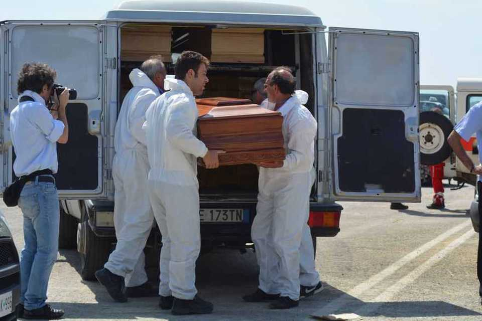 Gommone affonda al largo Libia, 5 morti. Salvate 106 persone
