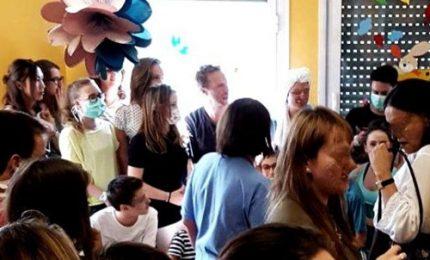 Chris Martin suona per i bambini in una clinica
