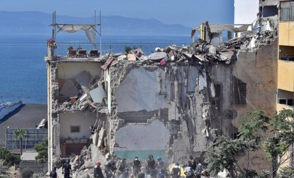 Crollo palazzina a Torre Annunziata: si scava, tra dispersi bambini di 8 e 11 anni