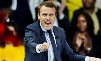 """Macron contro chi """"pianta casino"""". Piovono critiche, governo non batte ciglio"""