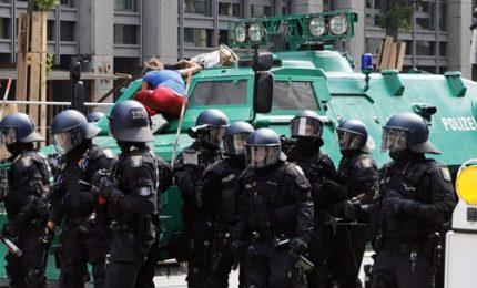 Amburgo, 200 agenti feriti e 100 fermati