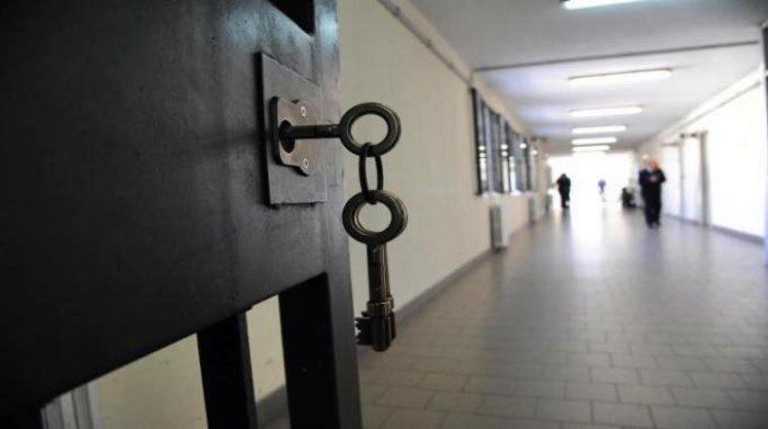 Detenuti sequestrano agente a Bollate