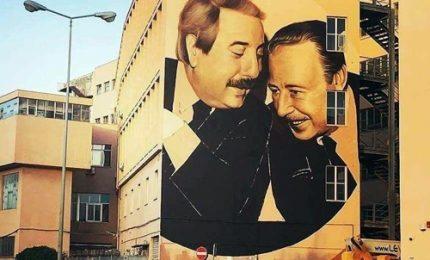 La foto di Falcone e Borsellino diventa un murales a Palermo