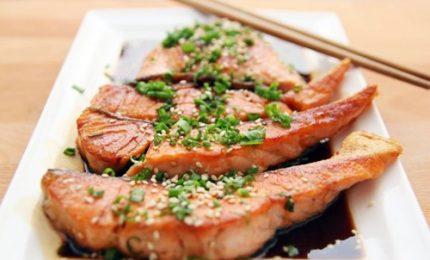 Filetto di salmone in salsa teriyaki con asparagi