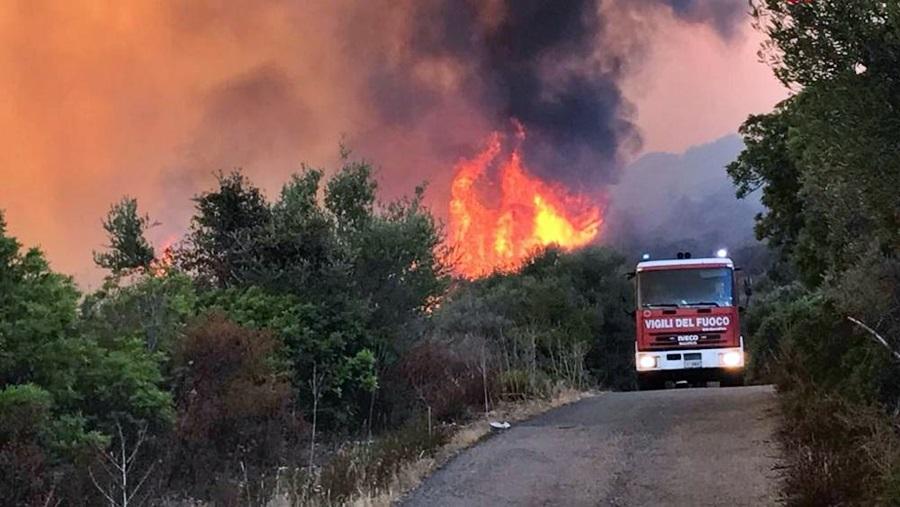Incendi: oggi 44 richieste di intervento aereo. Anche 3 elicotteri della Difesa