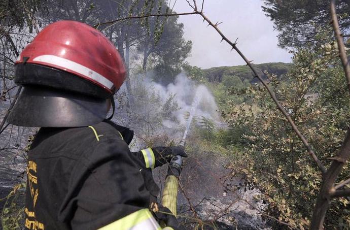 Messina è circondata dall'incendio, è emergenza. Indignati sui social