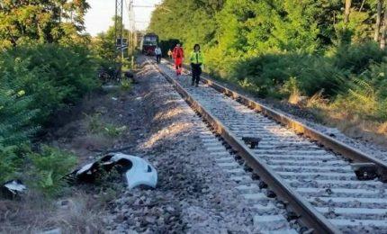 Tragedia sui binari nel Lodigiano, auto investita da un treno al passaggio a livello: un morto