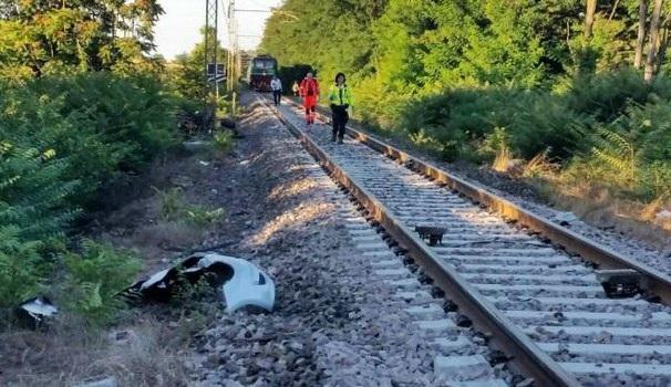 Codogno, treno investe auto: un morto