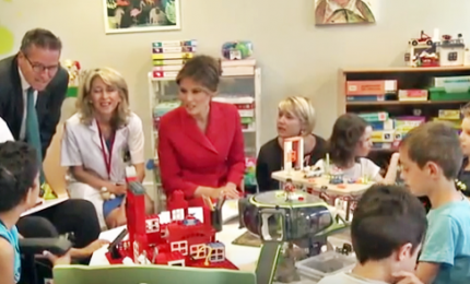 Melania Trump tra i bambini malati all'ospedale di Parigi