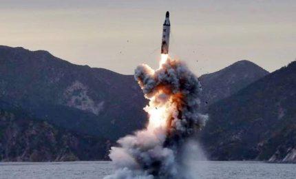 """Nordcorea sgancia altro missile: Usa """"nostra portata di tiro"""". La furia di Trump"""
