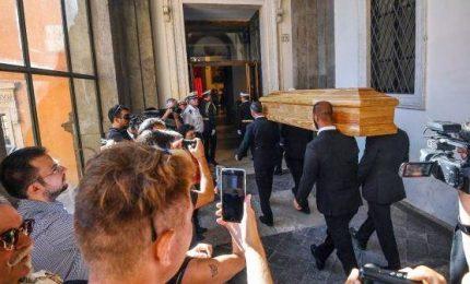 Al funerale laico di Paolo Villaggio folla e tante celebrità