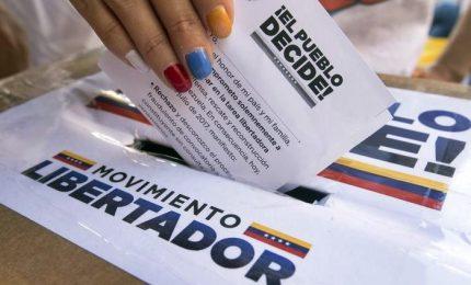 Venezuela, opposizione alle urne contro Maduro. Agguato ai seggi, un morto