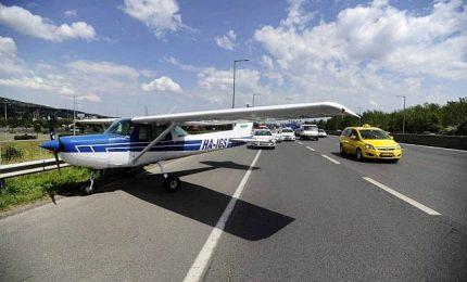 Aereo da turismo atterra per emergenza tra le auto in autostrada
