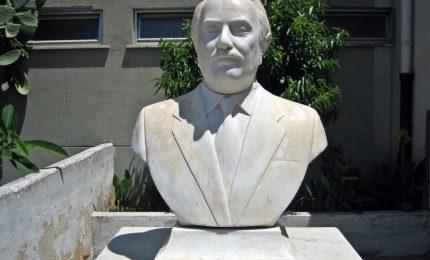 Nuovo atto vandalico contro Falcone, dopo statua spezzata immagine bruciata