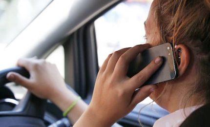 Patente sospesa a chi usa smartphone guidando. Cambia il codice