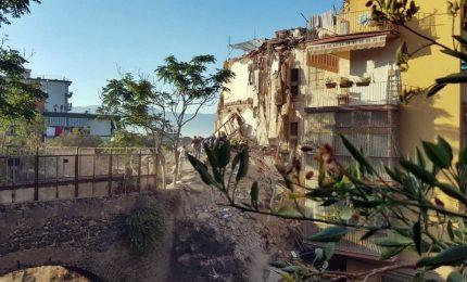 Crollo palazzina: estratti 6 corpi senza vita, 1 disperso. Carabinieri fermano un architetto