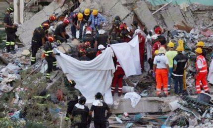 """Crollo palazzina, recuperati tutti 8 corpi sepolti nel crollo. Pm: """"Non escludiamo nessuna ipotesi"""""""