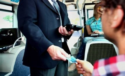 Controllore accoltellato alla mano su un treno nel Lodigiano