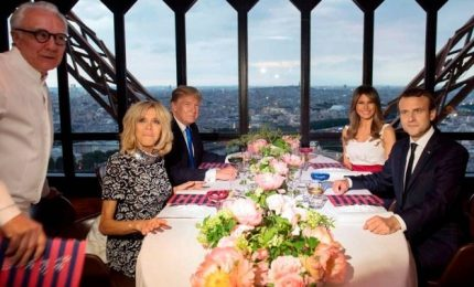 """La cena sulla Tour Eiffel. Poi la gaffe di Trump con Brigitte: """"Sei davvero in gran forma, bellissima"""""""