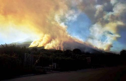 Dramma incendi, in fiamme anche il monte Faito: