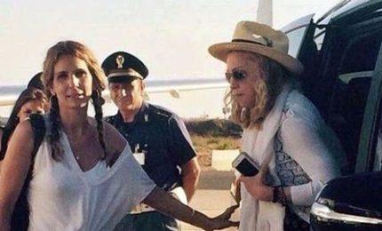 Cappello bianco, vestitino fiorito: Madonna per le vie di Lecce