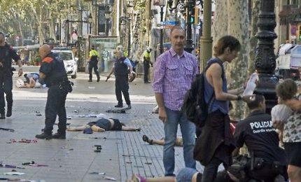 Attentato a Barcellona, 13 morti. L'Isis rivendica, caccia al killer. Ed è giallo su uno dei due arrestati