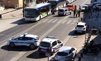 Auto contro fermata autobus, un morto a Marsiglia