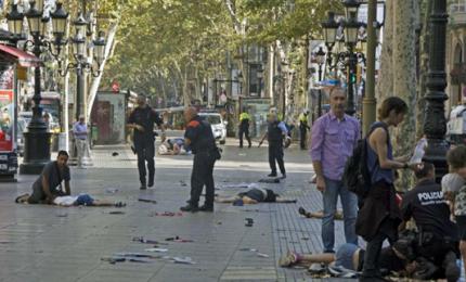 Attacco terroristico a Barcellona, furgone si scaglia contro turisti: almeno 13 morti. Arrestato attentatore, è un maghebrino